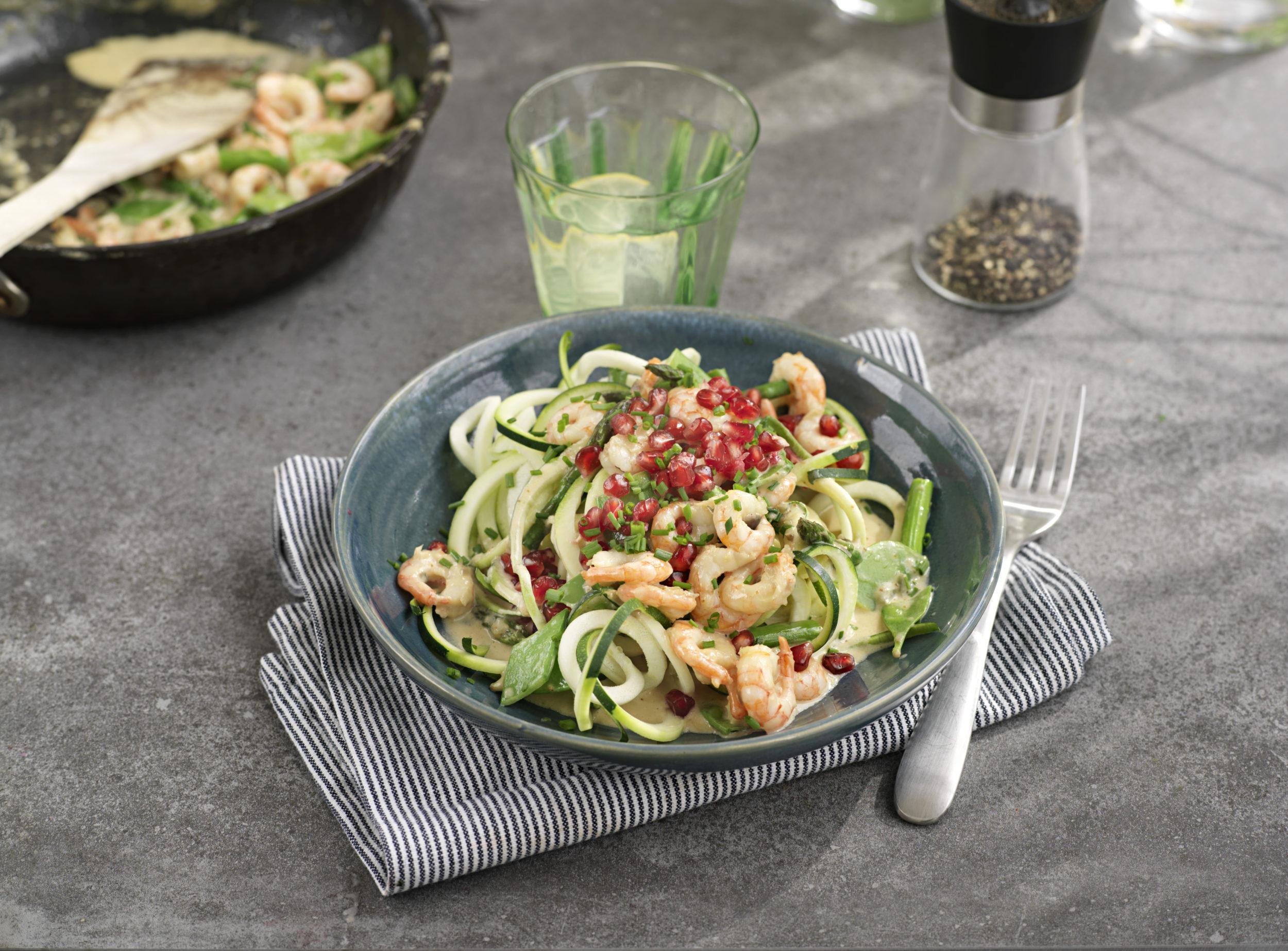 bild på zuccinispagetti med räkor